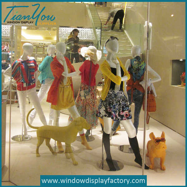 Fiberglass Dog Figurines Display for Cloth Window
