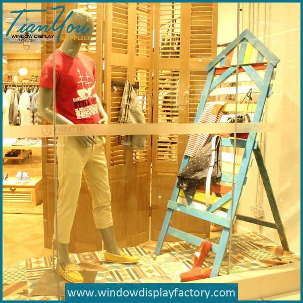 Creative Attractive Wooden Props Window Display